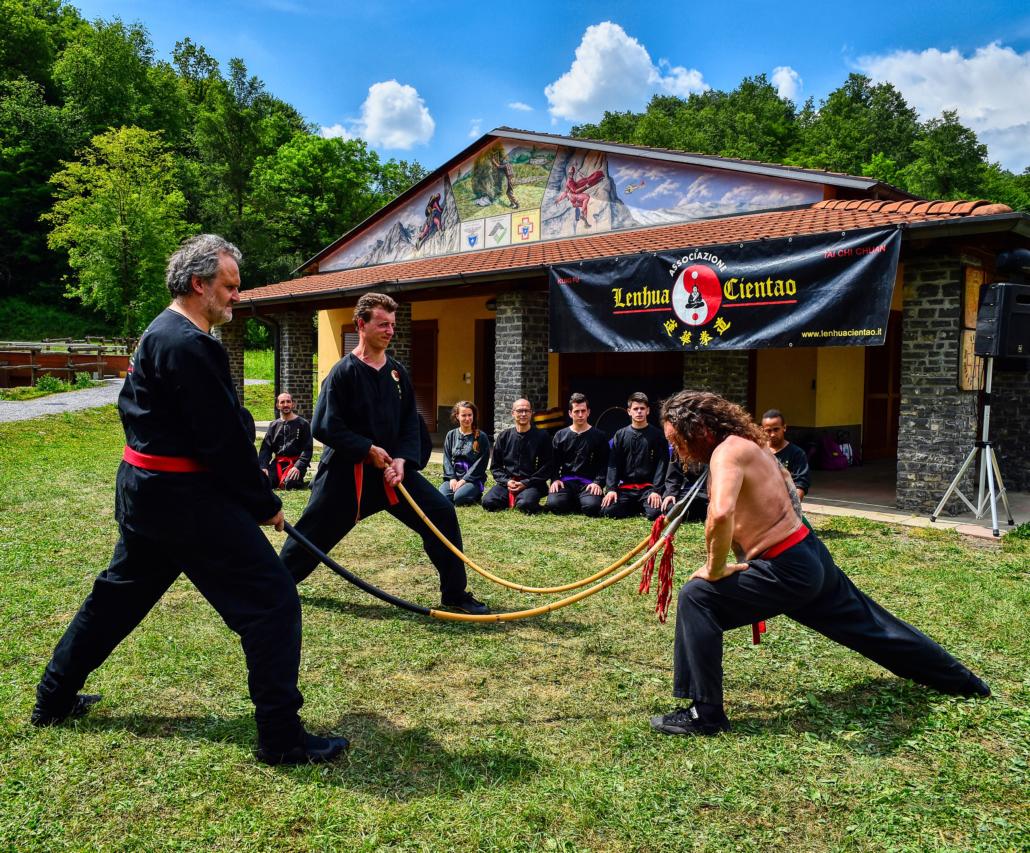 Il Maestro Giovanni Ferrari effettua il piegamento delle lance alla gola (esercizio di Chi Kung).